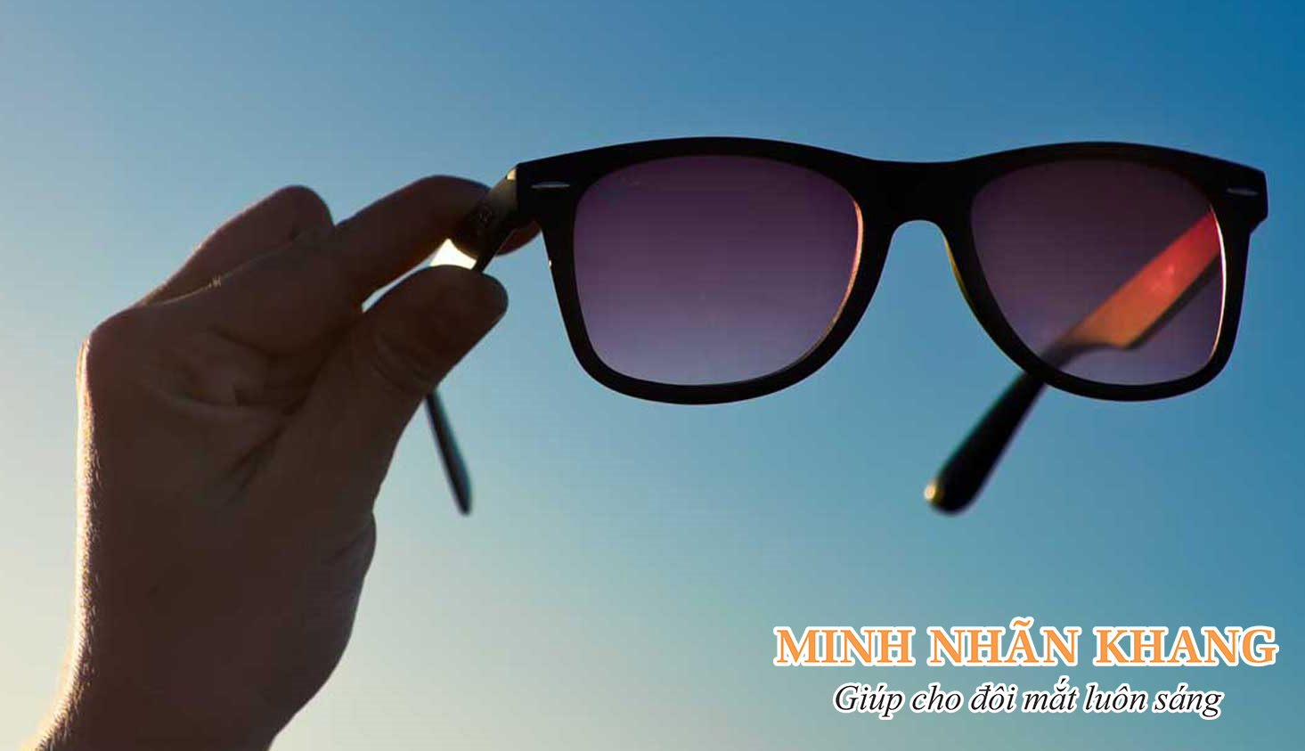 Đeo kính giúp bảo vệ mắt tránh tổn thương bởi ánh nắng hay ánh sáng mạnh